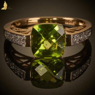 Współczesny pierścionek z Perydotem 2,7 ct