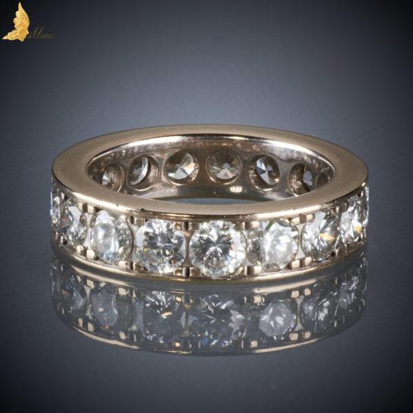 5db78e6a87a031 Obrączka z 17 brylantów w oprawie tunelowej wykonanej z białego złota.  Brylanty duże, o średnicy 3,4 mm, o łącznej masie 2,4 ct, są białe i czyste  H, VS-Si.