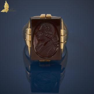 Duży sygnet z kameą w karneolu w żółtym złocie 14K