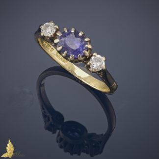 Powojenny pierścionek z szafirem i 2 brylantami w 18K złocie, Anglia