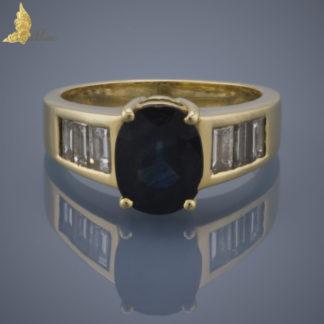 Pierścionek sygnet damski z szafirem ok. 2,50 ct i bagietami diamentowymi w żółtym złocie 18K