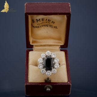 Pierścionek z dużym szafirem ok. 5,50 ct i brylantami ok. 2,70 ct w białym złocie 18K