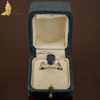 Platynowy pierścionek z szafirem 3,07 ct i diamentami 0,32 ct