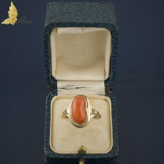 Pierścionek Art Deco z koralem w złocie pr. 583
