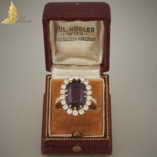 Pierścionek karmazycja z ametystem ok. 4,50 ct i brylantami ok. 1,20 ct w żółtym złocie 18K