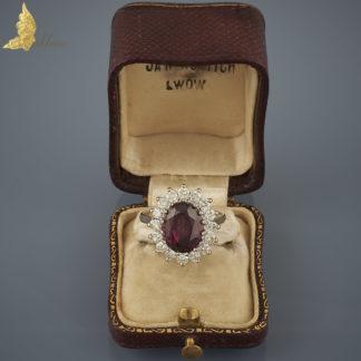 Pierścionek z rodolitem ok. 4,50 ct i brylantami ok. 0,90ct w białym złocie 18K, Anglia