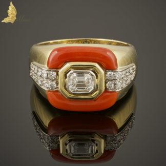 Powojenny pierścionek-sygnet z brylantami, koralem w 18K żółtym złocie
