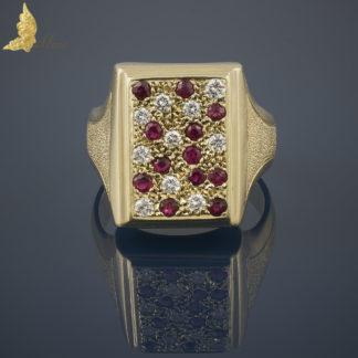 Geometryczny sygnet z rubinami i brylantami w 14K żółtym złocie
