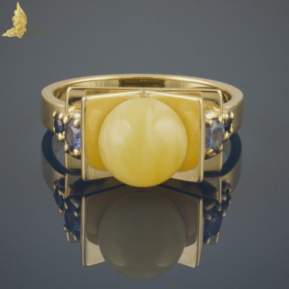 Pierścionek z Royal Amber i szafirami projektu Jacka Barona z serii Reverie, w 18K żółtym złocie