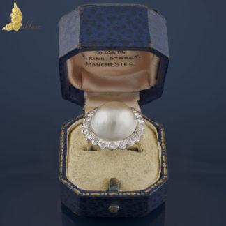 Pierścionek z perłą mabe i brylantami w białym złocie 14K