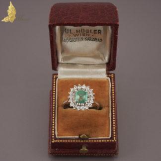 Pierścionek ze szmaragdem ok. 1 ct i brylantami ok. 0,55 ct w białym złocie 18K