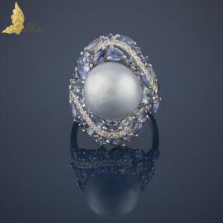 Pierścionek koktailowy z szaro-błękitną perłą, szafirami i brylantami w 18K białym złocie