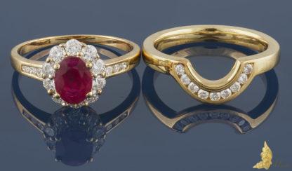 Pierścionek i obrączka z rubinem i brylantami, zestaw w żółtym złocie pr. 750