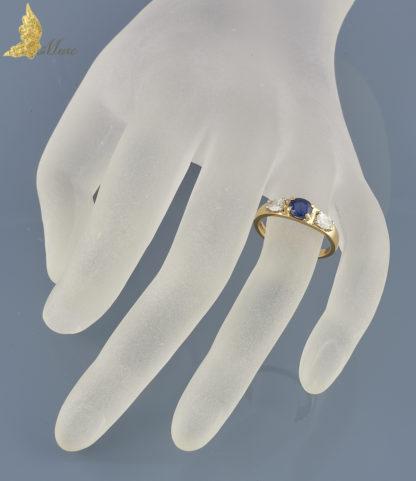 Angielski pierścionek z szafirem i diamentowymi łezkami w żółtym złocie pr. 750